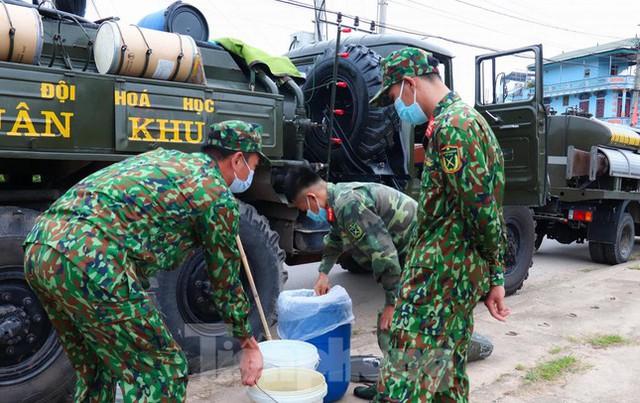 Cận cảnh Quân đội phun hóa chất khử khuẩn tại 'điểm nóng' Hữu Lũng (Lạng Sơn)  - Ảnh 3.
