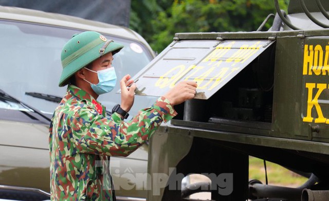 Cận cảnh Quân đội phun hóa chất khử khuẩn tại 'điểm nóng' Hữu Lũng (Lạng Sơn)  - Ảnh 4.