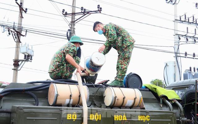 Cận cảnh Quân đội phun hóa chất khử khuẩn tại 'điểm nóng' Hữu Lũng (Lạng Sơn)  - Ảnh 5.