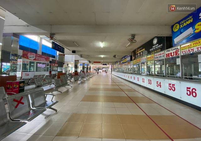 Cảnh tượng chưa từng thấy ở bến xe Miền Đông: Quầy vé không nhân viên, ghế ngồi không bóng khách - Ảnh 5.