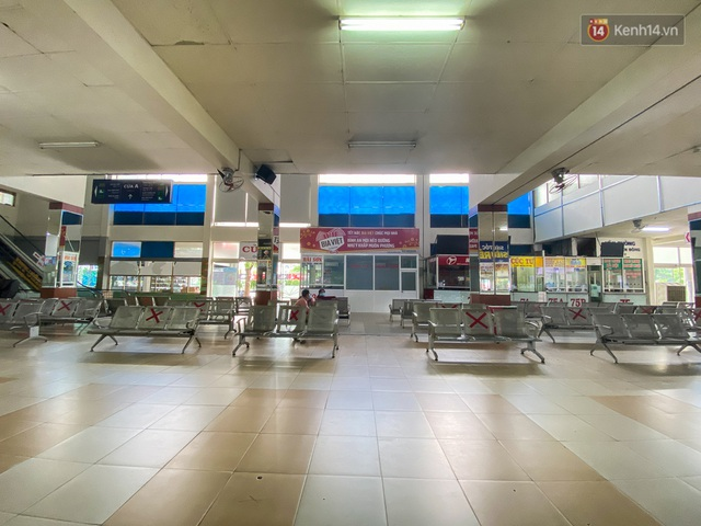 Cảnh tượng chưa từng thấy ở bến xe Miền Đông: Quầy vé không nhân viên, ghế ngồi không bóng khách - Ảnh 6.