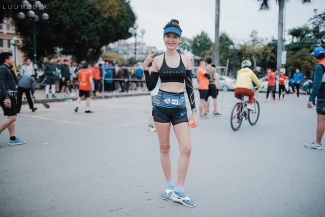 Hình ảnh truyền cảm hứng của Hoa hậu Thu Thủy khiến người hâm mộ càng thêm thương tiếc: Nụ cười tươi rói của runner xinh đẹp, yêu thiền, yoga và cực thích đọc sách - Ảnh 7.
