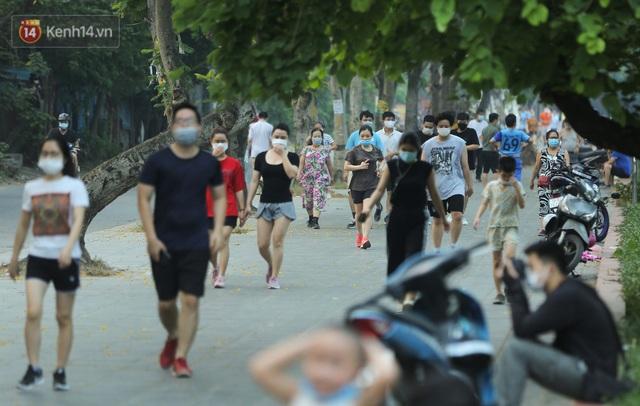Hà Nội: Người lớn, trẻ nhỏ ngó lơ biển cấm, vô tư chui qua hàng rào công viên tập thể dục, chơi thể thao - Ảnh 1.