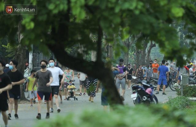 Hà Nội: Người lớn, trẻ nhỏ ngó lơ biển cấm, vô tư chui qua hàng rào công viên tập thể dục, chơi thể thao - Ảnh 2.