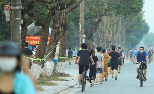 Hà Nội: Người lớn, trẻ nhỏ ngó lơ biển cấm, vô tư chui qua hàng rào công viên tập thể dục, chơi thể thao - Ảnh 11.
