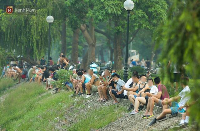 Hà Nội: Người lớn, trẻ nhỏ ngó lơ biển cấm, vô tư chui qua hàng rào công viên tập thể dục, chơi thể thao - Ảnh 12.