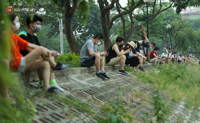Hà Nội: Người lớn, trẻ nhỏ ngó lơ biển cấm, vô tư chui qua hàng rào công viên tập thể dục, chơi thể thao - Ảnh 13.