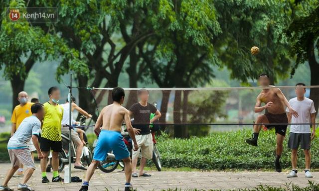 Hà Nội: Người lớn, trẻ nhỏ ngó lơ biển cấm, vô tư chui qua hàng rào công viên tập thể dục, chơi thể thao - Ảnh 14.