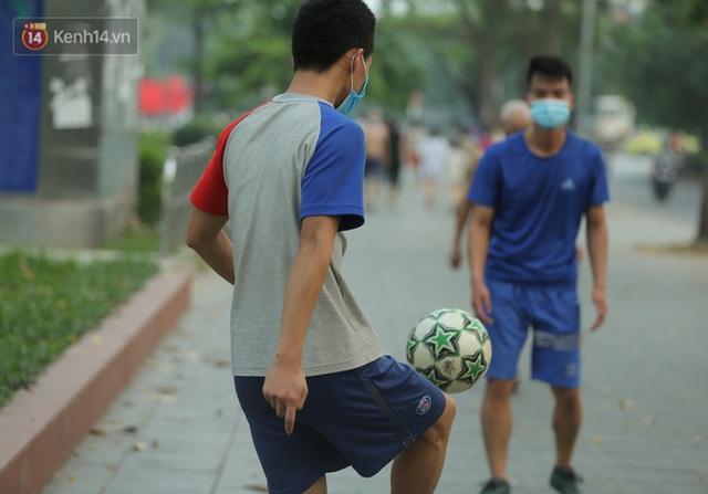 Hà Nội: Người lớn, trẻ nhỏ ngó lơ biển cấm, vô tư chui qua hàng rào công viên tập thể dục, chơi thể thao - Ảnh 15.