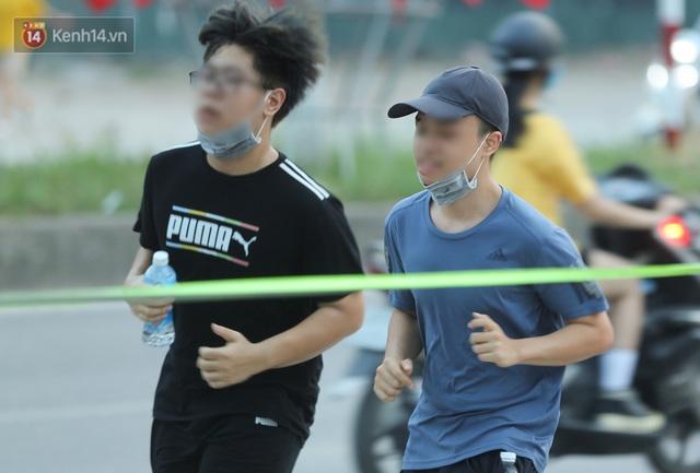 Hà Nội: Người lớn, trẻ nhỏ ngó lơ biển cấm, vô tư chui qua hàng rào công viên tập thể dục, chơi thể thao - Ảnh 16.