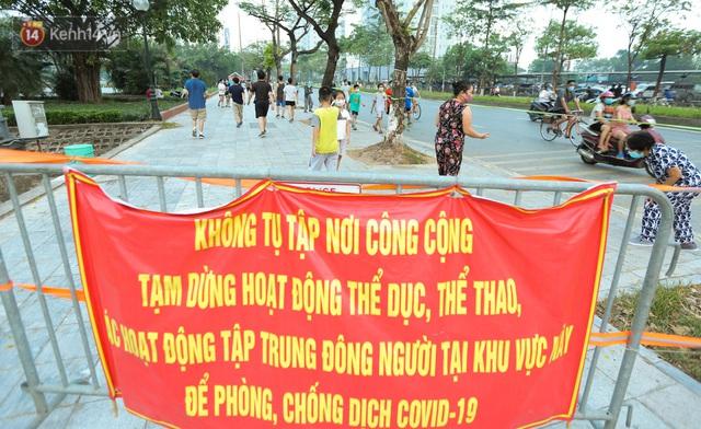 Hà Nội: Người lớn, trẻ nhỏ ngó lơ biển cấm, vô tư chui qua hàng rào công viên tập thể dục, chơi thể thao - Ảnh 3.