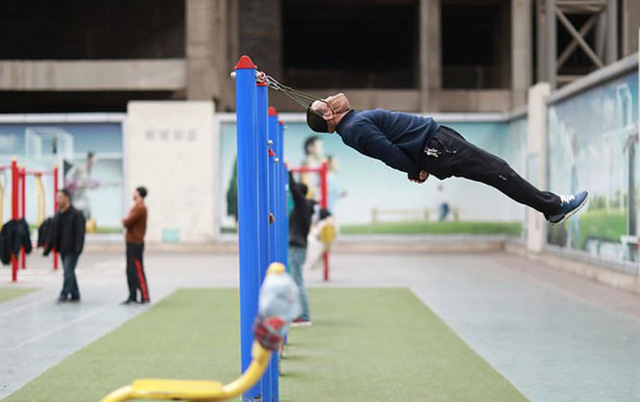 Người dân Trung Quốc tấp nập đi tập thể dục kiểu mới: đung đưa cơ thể bằng cằm - Ảnh 3.
