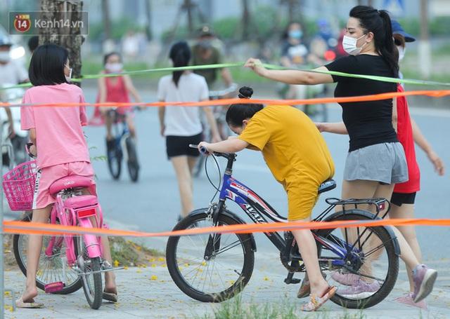 Hà Nội: Người lớn, trẻ nhỏ ngó lơ biển cấm, vô tư chui qua hàng rào công viên tập thể dục, chơi thể thao - Ảnh 4.