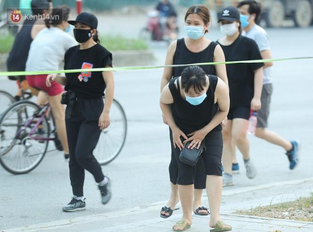 Hà Nội: Người lớn, trẻ nhỏ ngó lơ biển cấm, vô tư chui qua hàng rào công viên tập thể dục, chơi thể thao - Ảnh 5.