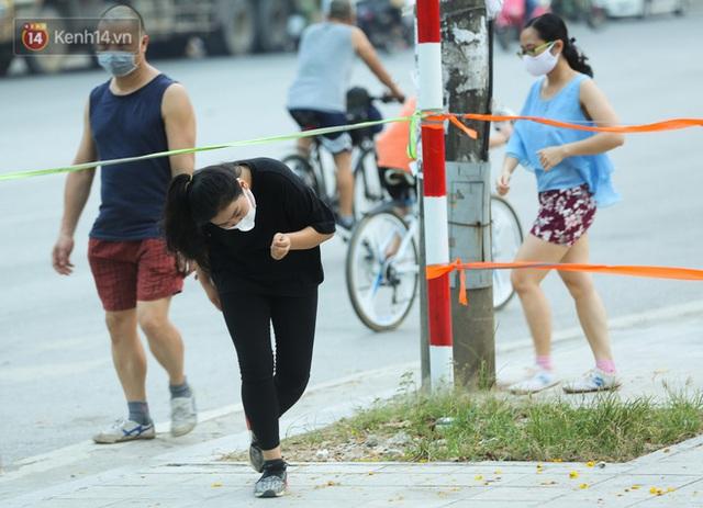 Hà Nội: Người lớn, trẻ nhỏ ngó lơ biển cấm, vô tư chui qua hàng rào công viên tập thể dục, chơi thể thao - Ảnh 6.