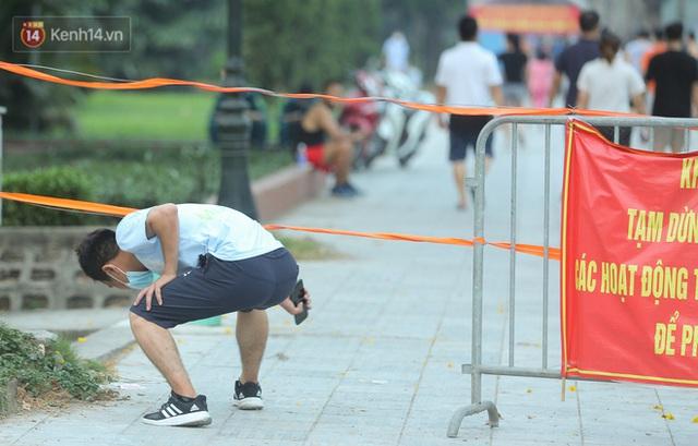 Hà Nội: Người lớn, trẻ nhỏ ngó lơ biển cấm, vô tư chui qua hàng rào công viên tập thể dục, chơi thể thao - Ảnh 7.