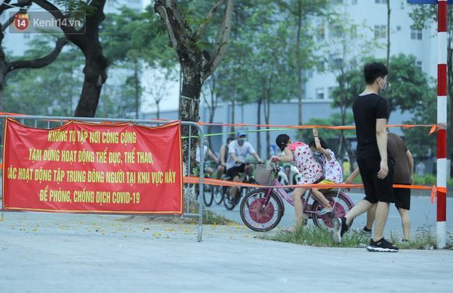 Hà Nội: Người lớn, trẻ nhỏ ngó lơ biển cấm, vô tư chui qua hàng rào công viên tập thể dục, chơi thể thao - Ảnh 8.