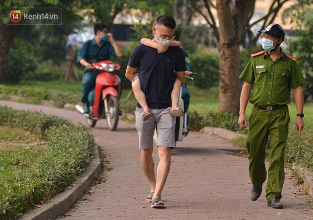 Hà Nội: Người lớn, trẻ nhỏ ngó lơ biển cấm, vô tư chui qua hàng rào công viên tập thể dục, chơi thể thao - Ảnh 9.