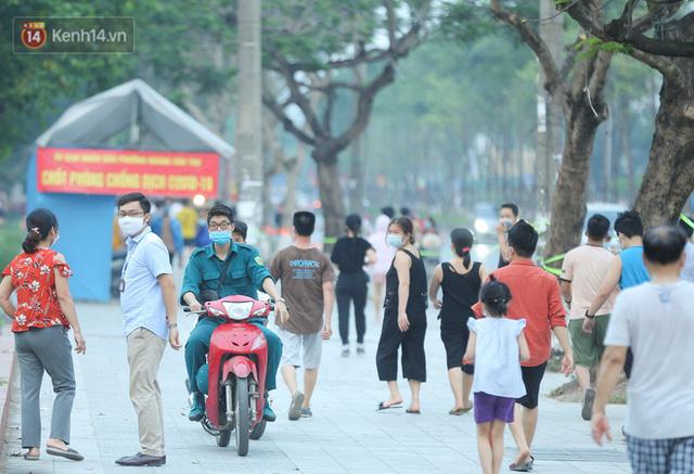 Hà Nội: Người lớn, trẻ nhỏ ngó lơ biển cấm, vô tư chui qua hàng rào công viên tập thể dục, chơi thể thao - Ảnh 10.