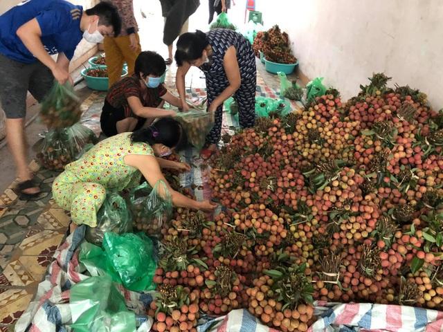 Người phụ nữ Hà Nội mua 2 tấn vải Bắc Giang để phát miễn phí, không nhận tiền ủng hộ mà hướng dẫn mọi người đóng góp cho Quỹ vaccine phòng Covid-19 - Ảnh 6.