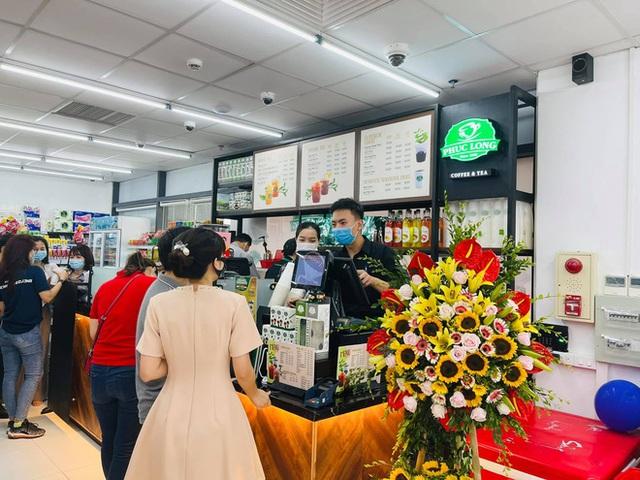 Phúc Long xuất hiện lần đầu tiên ở VinMart Hà Nội, khách đi siêu thị mua luôn trà sữa - Ảnh 2.