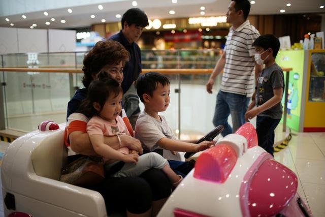 Nỗi lo của người trưởng thành Trung Quốc: Làm thế nào tôi đủ khả năng nuôi con khi áp lực cuộc sống quá cao? - Ảnh 2.