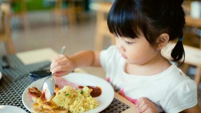 3 thói quen trên bàn ăn nói lên đứa trẻ sẽ khó thành công, hành vi cuối cùng nghiêm trọng nhất, bố mẹ cần sớm giúp con điều chỉnh - Ảnh 1.