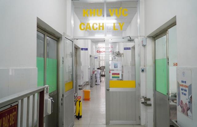 ẢNH: Chiến sĩ công an mắc Covid-19 ở quận Tân Phú được đặt ECMO, chuyển sang BV Chợ Rẫy để tiếp tục chữa trị - Ảnh 2.