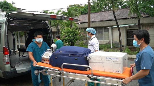 ẢNH: Chiến sĩ công an mắc Covid-19 ở quận Tân Phú được đặt ECMO, chuyển sang BV Chợ Rẫy để tiếp tục chữa trị - Ảnh 3.