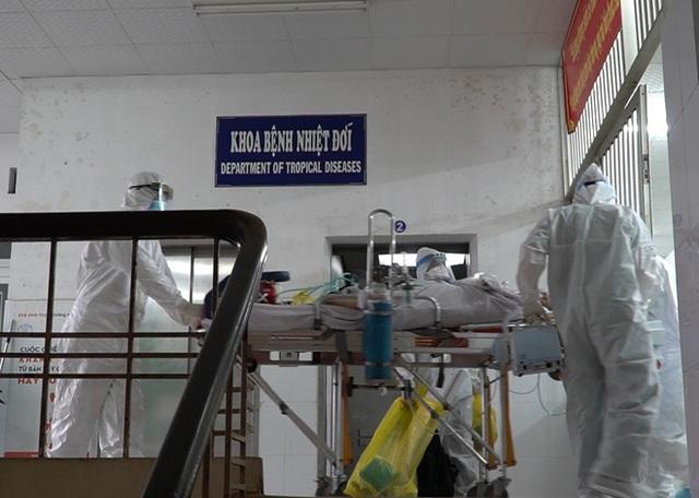 ẢNH: Chiến sĩ công an mắc Covid-19 ở quận Tân Phú được đặt ECMO, chuyển sang BV Chợ Rẫy để tiếp tục chữa trị - Ảnh 10.