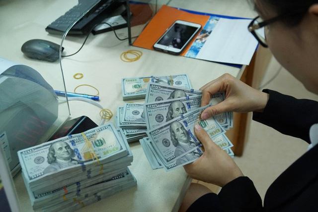 Giá USD ngân hàng và tự do đồng loạt lao dốc  - Ảnh 1.