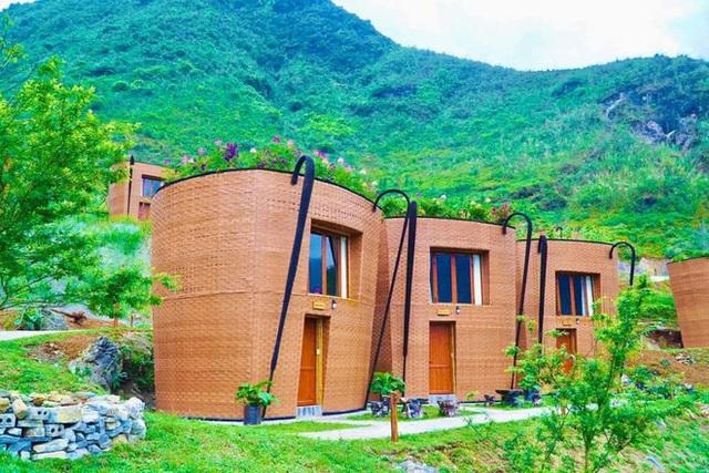 Hàng loạt ngôi nhà hình chiếc gùi độc đáo trên sườn núi Hà Giang, hóa ra từng đạt kỷ lục Việt Nam - Ảnh 1.