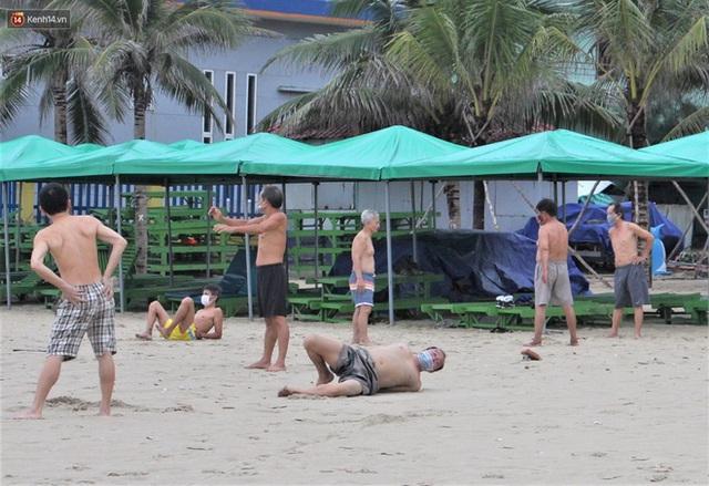 Ảnh: Người Đà Nẵng đội mưa tắm biển buổi sáng sau hơn 1 tháng bị cấm vì dịch Covid-19 - Ảnh 16.
