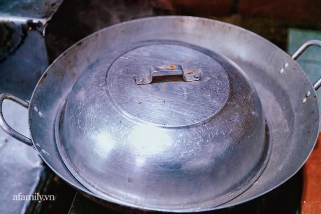 Cơm thố 73 năm lưu truyền của một gia đình, nay trở thành món cơm khó tìm với cách ăn chồng núi độc lạ còn sót lại tại Sài Gòn - Ảnh 7.