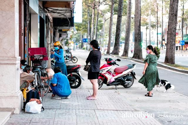 Cụ ông câm điếc cưu mang chú chó nhỏ, thà rong ruổi bán từng tờ vé số chứ không nhận 70 triệu khi người Sài Gòn dang tay giúp đỡ  - Ảnh 11.