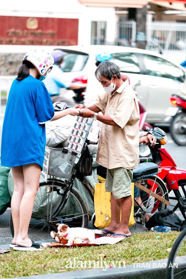 Cụ ông câm điếc cưu mang chú chó nhỏ, thà rong ruổi bán từng tờ vé số chứ không nhận 70 triệu khi người Sài Gòn dang tay giúp đỡ  - Ảnh 13.