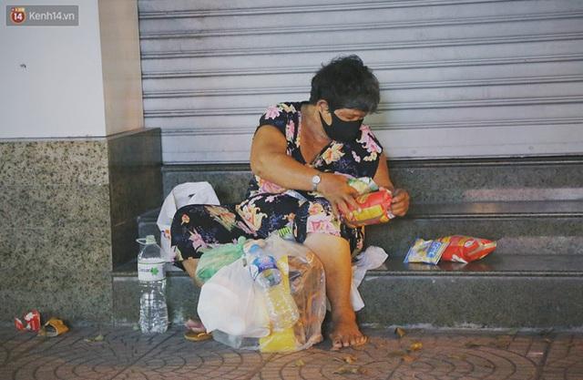 Người vô gia cư lay lắt trong đêm đầu Sài Gòn giãn cách: Con không có nhà, tối con ra Cầu Mống mà ngủ - Ảnh 2.