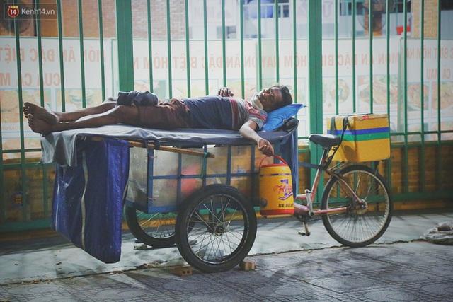 Người vô gia cư lay lắt trong đêm đầu Sài Gòn giãn cách: Con không có nhà, tối con ra Cầu Mống mà ngủ - Ảnh 3.