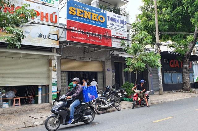 TP HCM: 3 cửa hàng bị phạt 34,5 triệu đồng vì mở cửa đón khách trong ngày đầu giãn cách - Ảnh 1.