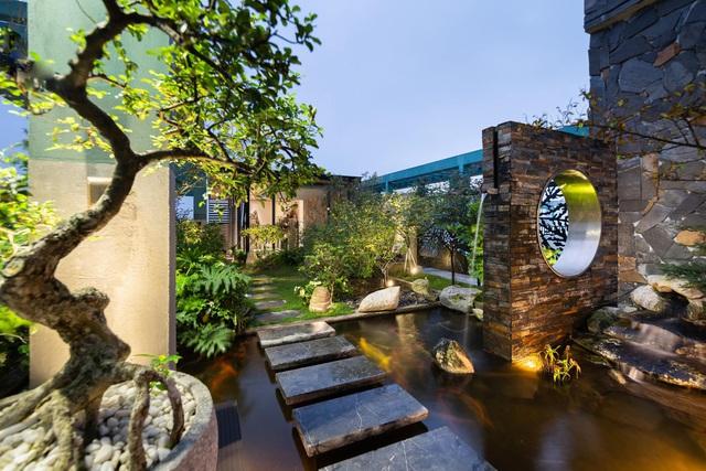 Vợ chồng trẻ thiết kế penthouse 300m2 đủ sân vườn, ao cá, hợp phong thủy trên tầng 30: Ngôi nhà đàng hoàng tức là không gian sống xanh, sạch, thoáng, phục vụ cho cuộc sống gia đình - Ảnh 21.