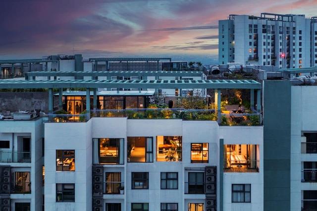 Vợ chồng trẻ thiết kế penthouse 300m2 đủ sân vườn, ao cá, hợp phong thủy trên tầng 30: Ngôi nhà đàng hoàng tức là không gian sống xanh, sạch, thoáng, phục vụ cho cuộc sống gia đình - Ảnh 1.
