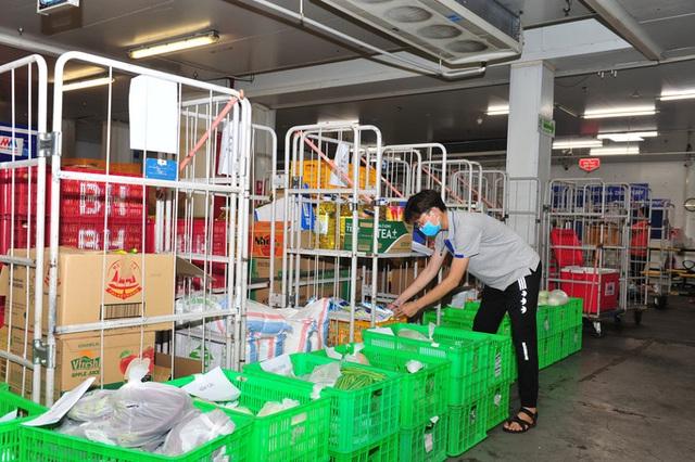 Đơn hàng online tăng đột biến, siêu thị TP HCM mong khách hàng thông cảm vì chờ lâu  - Ảnh 1.