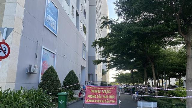 Phong tỏa lần 3 chung cư HQC Plaza Bình Chánh do có 4 ca mắc Covid-19  - Ảnh 1.