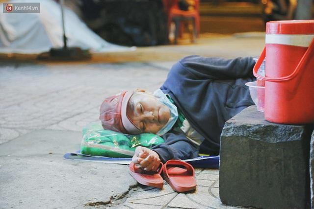 Người vô gia cư lay lắt trong đêm đầu Sài Gòn giãn cách: Con không có nhà, tối con ra Cầu Mống mà ngủ - Ảnh 13.