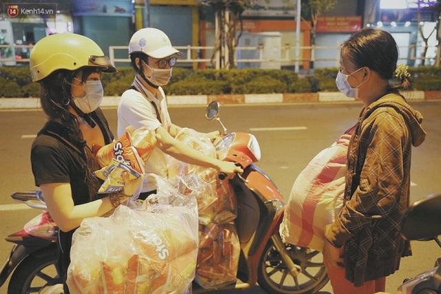 Người vô gia cư lay lắt trong đêm đầu Sài Gòn giãn cách: Con không có nhà, tối con ra Cầu Mống mà ngủ - Ảnh 14.
