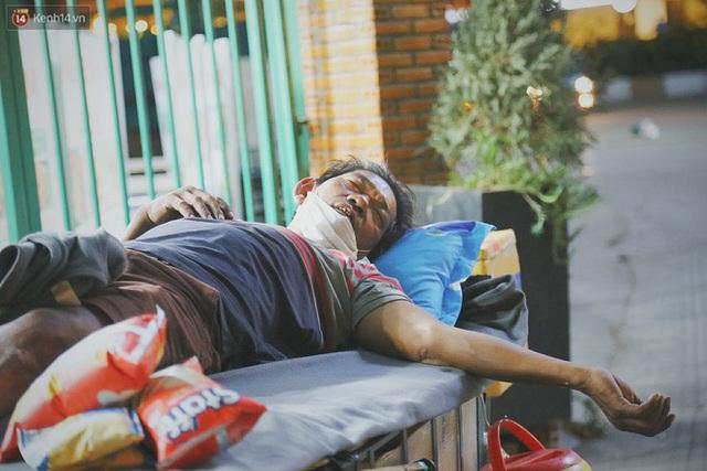 Người vô gia cư lay lắt trong đêm đầu Sài Gòn giãn cách: Con không có nhà, tối con ra Cầu Mống mà ngủ - Ảnh 15.