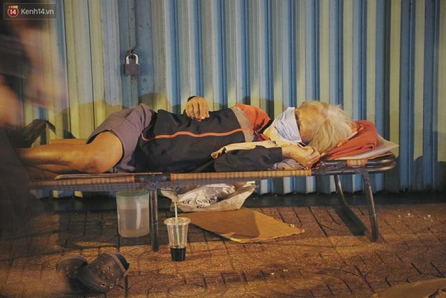Người vô gia cư lay lắt trong đêm đầu Sài Gòn giãn cách: Con không có nhà, tối con ra Cầu Mống mà ngủ - Ảnh 16.