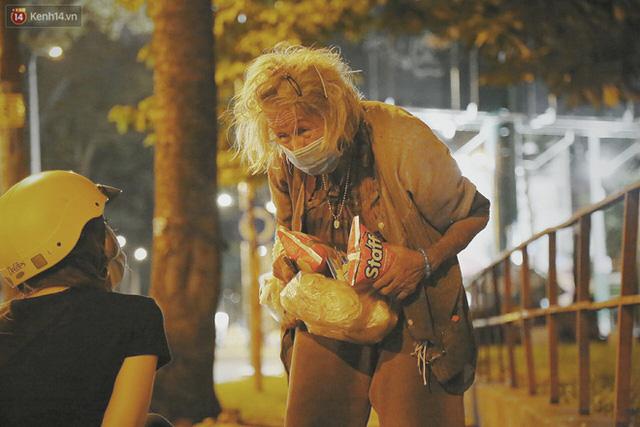Người vô gia cư lay lắt trong đêm đầu Sài Gòn giãn cách: Con không có nhà, tối con ra Cầu Mống mà ngủ - Ảnh 17.