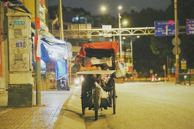 Người vô gia cư lay lắt trong đêm đầu Sài Gòn giãn cách: Con không có nhà, tối con ra Cầu Mống mà ngủ - Ảnh 20.