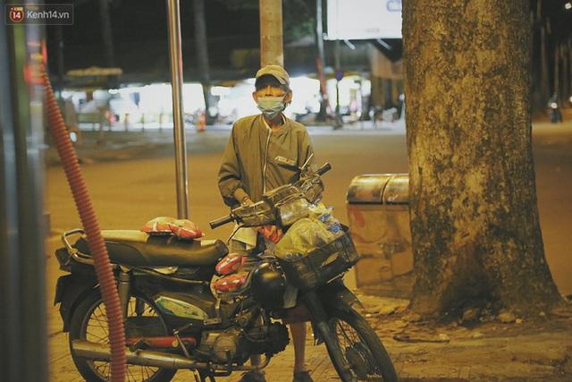 Người vô gia cư lay lắt trong đêm đầu Sài Gòn giãn cách: Con không có nhà, tối con ra Cầu Mống mà ngủ - Ảnh 21.